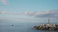 Eenzame boot drijvend tegen het einde van een pier