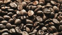 Närbild på rostade kaffebönor