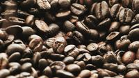 Slow motion koffiebonen vallen soepel