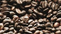Zeitlupen-Kaffeebohnen fallen sanft ab