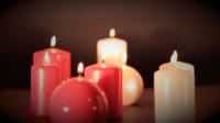Huit bougies rouges et blanches de différentes formes