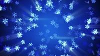 Helle glühende Schneeflocken, die in einen blauen Hintergrund fallen