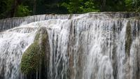 Schöner großer Erawan Wasserfall in der Mitte des Waldes