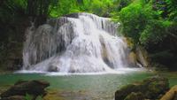 Erawan vattenfall i den vintergröna skogen