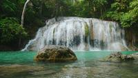 Erawan vattenfall i skogen Kanchanaburi, Thailand