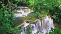 Huay Mae Khamin-waterval in het Evergreen Forest