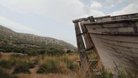 Bateau abandonné surplombant la belle nature