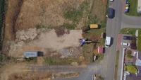 Vista superior de la excavadora trabajando en un campo en 4K