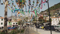 Wandelen door een prachtig versierde straat, Madeira, Portugal.