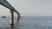 Eine Pipeline verschwindet im Meer