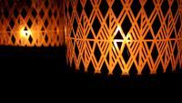 Look mystique des bougies Lumière derrière la vitre