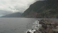 Ein bewölkter Tag, der Berge am Hafen bedeckt