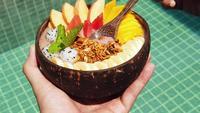 Vegane Smoothie-Schüssel mit frischen Früchten und Superfoods.