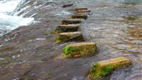 Stenen stappen in de waterval