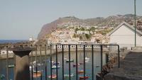 Mit Blick auf ein kleines Fischerdorf mit Häusern und Booten auf Madeira, Portugal.