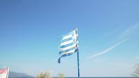 Een Griekse vlag waait in de wind