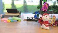 Weihnachtsdekoration auf einem Schreibtisch