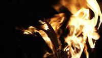 Gelbe Flammen aus Holz