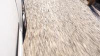 Pneus de voiture sur la route