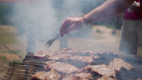 Homem lançando carne em um churrasco