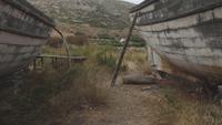 Barcos de pesca abandonados velhos colocados em terra