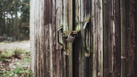 Uma fechadura de um galpão abandonado