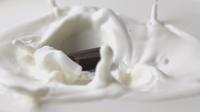 Délicieux chocolat épais tombé dans le lait