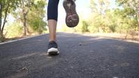 Jonge vrouw oefent door op dezelfde plaats te joggen.