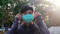 Jeune homme portant un masque de protection.