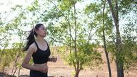 Schöne asiatische Frau, die für Gesundheit läuft