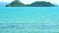 Puur blauw zeewateroppervlak en eiland