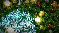 Schneeflockenlicht auf Weihnachtsbaum.