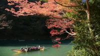 Holzboot im Hozugawa-Fluss bei Arashiyama in Kyoto, Japan