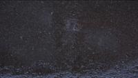 Fuertes gotas de lluvia cayendo sobre fondo negro