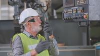 Techniker wütend auf die Maschine