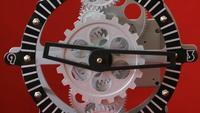 Engrenages d'horloge industrielle rétro sur fond rouge