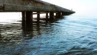 Der Kai und das Wasser am Meer