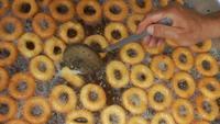 Türkischer traditioneller Lebensmittel-Donut namens Lokma in kochendem Öl