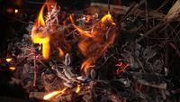 Kleine stukjes hout branden