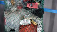 Resíduos de plástico em uma rede