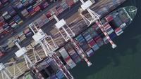 Containerboxen und Containerschiff