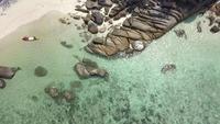 Caiaque no mar azul, perto da costa de pedra
