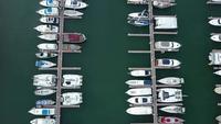 Luftaufnahme von angedockten Booten und Yachten