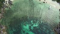 Toma aérea de aviones no tripulados de la isla idílica