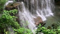 Hermosa cascada en la provincia de Kanchanaburi, Tailandia.