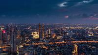 Time-lapse uitzicht op Bangkok in de avond en de verlichting van het zakencentrum