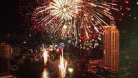 La vraie fête des feux d'artifice colorant le ciel