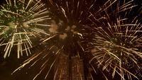 La verdadera celebración de fuegos artificiales de colores en el cielo por la noche.