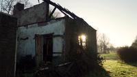 Lever du soleil sur un bâtiment abandonné