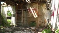 Uma sala de estar abandonada em um dia brilhante